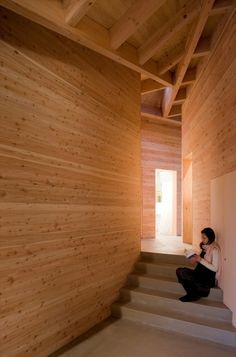 Inbetween House / Koji Tsutsui Architect  Associates estar en escalera