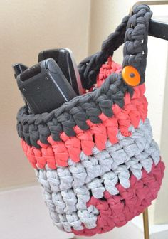 Fuente: http://bowtiesfezzes.com/2013/11/10/t-shirt-yarn-tutorial-and-basket-pattern/