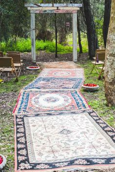 rug wedding aisle, aisle runners, wedding rugs, rug aisle, red carpets, bohemian weddings, bohemian outdoor wedding, bohemian styled shoot, parti