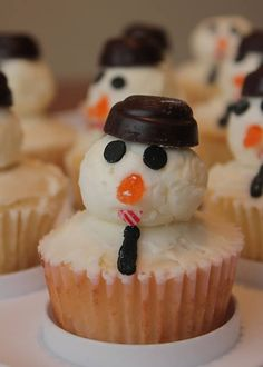 Snowman Cupcakes with Chocolate Hat: Snowman themed cupcakes for this christmas. They look really adorable and gorgeous and taste delicious too.