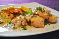 Knuspriger Lachs in cremiger Senf-Soße mit Speck & Essiggürkchen