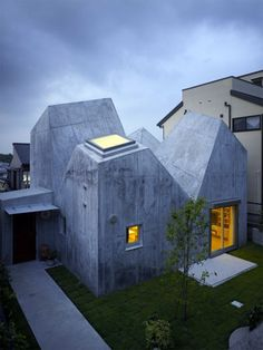 House in Kohoku: an inhabitable concrete origami