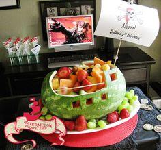 Sirve fruta dentro de la cáscara de una sandía / Serve fruit inside a watermelon shell