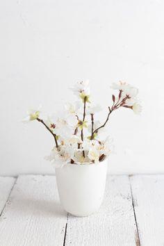 White bathroom design, spring flowers, white flowers, white rooms, white decor, flower pots, white bouquets, pot plants, cherry blossoms