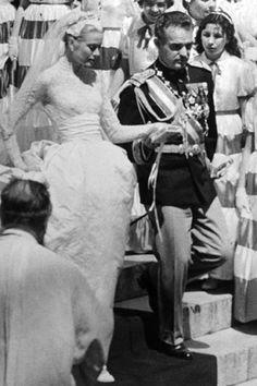 De estrella de Hollywood a Princesa de Mónaco. Grace Kelly fue una de las novias más admiradas de todos los tiempos. Se casó con el Príncipe Rainiero el 19 de abril de 1956, con un vestido creado por Helen Rose al que propuso aumentar la longitud de la cola. La parte superior era de encaje y estaba unida a la gran falda con un fajín.