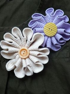 Rickrack flowers...cute for a headband or a tote bag.