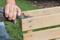 Here's how to take apart a pallet in less than 2 minutes.