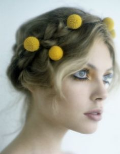 This hairstyle represents Miranda in most of the scenes. I imagine the braids and her hair tied, just as in the previous painting which was my first inspiration.The yellow pom poms however are a contrast. They are cute and adds color, shape and proportion to the hair.