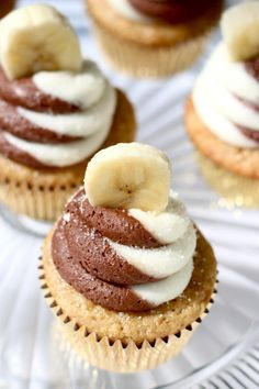 Banana Chocolate Swirl Cupcakes... learn how to get this perfect swirl frosting!
