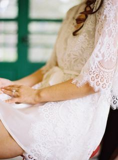 getting ready made pretty with this lace robe  Photography By / tecpetajaphoto.com