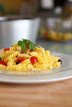 Pasta estiva con ricotta, pomodoro, olive taggiasche, acciughe, basilico