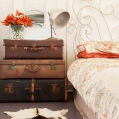 table de nuit valises vintage