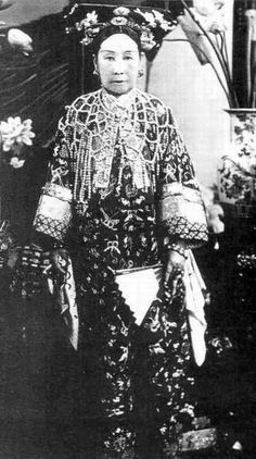 Empress Dowager Cixi 慈禧太后 wearing her pearl cape.  She was reportedly wearing her pearl cape when she was entombed, which was subsequently robbed within 10-15 years after her burial.