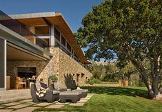 Exibindo uma arquitetura moderna e original, a residência Coastlands foi projetada pelos arquitetos Carver + Schicketan e está localizada em Big Sur, na Califórnia, EUA.