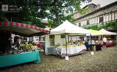 Open market in the main square of the Cité #médiévale de #Pérouges, #France. We visited this charming village on a Sunday morning :D #exploreFrance #exploreEurope #travel