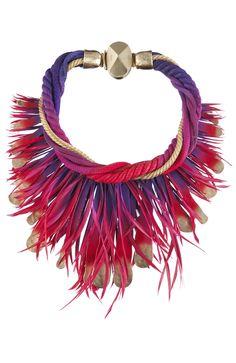 Dior Spring Summer 2011 - Collar con cordones entrelazados de distintos colores y placas metálicas y plumas en degradé.