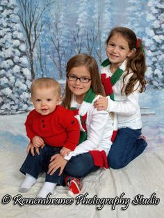 a fun sibling pose for christmas or winter portraits.