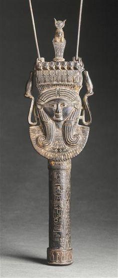 Sistre de Henouttaouy. Période : troisième période intermédiaire (vers 1069-664 av J.-C.). Lieu de découverte : Egypte (origine). Paris, musée du Louvre