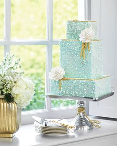 The detail in this Aquamarine wedding cake is outstanding!