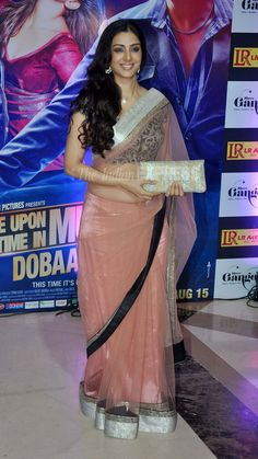 Tabu in an Anamika Khanna Saree at Ekta Kapoor's Iftar, Aug 07 (Photo: Varinder Chawla @ IndianExpress)