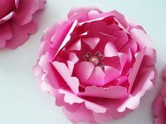 Kit com 3 Peônias. Cor e acabamento (pérola/cristal) á escolha do cliente. Cada flor tem 9cm de diâmetro e 3cm de altura.  As pétalas das flores são recortadas e moldadas à mão, isso confere um realismo extremo às flores de papel, chegando a fazer com que elas sejam confundidas com flores naturais.  Elas são aplicações modernas e artísticas que podem ser lindamente integradas na decoração de um casamento.  Feitas com papel para scrapbooking, são resistentes à umidade e não desbotam facilmente...