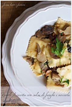 Ravioli di ricotta con salsa di funghi e nocciole