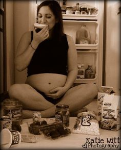 See, if I was ever going to do pregnancy pictures, I'd do it like this! None of the cheesy me and the husband making hearts on my fat belly or other cheesy garbage.