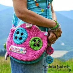 Vendulka's newest crochet buttoned bag pattern. Sew cute! #crochet #crafts #DIY #purse #Lalaloopsy
