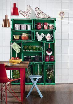 Equilibrados, os caixotes formam a estante provisória da cozinha. Para garantir a estabilidade, eles devem ser parafusados uns nos outros e, depois, chumbados na parede
