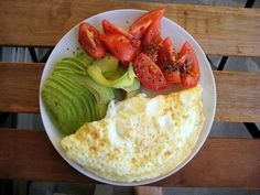 [Small Meal Recipe] Avocado, Tomato and Egg White Omelette, 230 calories/27g protein. Protein + healthy fats + antioxidants + fiber, next to zero carbs.