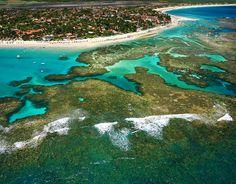 Porto de Galinhas,   Areias brancas e piscinas naturais de águas cristalinas protegidas por recifes de corais fazem de Porto de Galinhas um dos melhores destinos do litoral do Brasil. Porto de Galinhas tem onze praias espalhadas em 18 quilômetros.  Foto: Divulgação