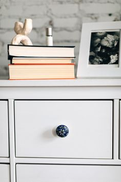 Personalize your furniture with an elegant blue and white floral cabinet knob. This knob is handcrafted in India by our fair trade partner Noah's Ark.