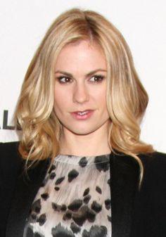 Anna Paquins blonde, wavy hairstyle