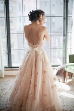 Vestido de noiva lindíssimo em off white, com aplicação de flores de tecido na saia.