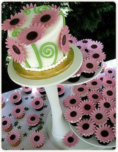 pink daisy cake and cupcakes, how fun!!