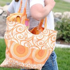 Creamsicle DIY Tote Bag - Whether you are carting your stuff to the beach or your books to the library, this free tote bag pattern will do the job. This Creamsicle DIY Tote Bag is stunning and absolutely easy.