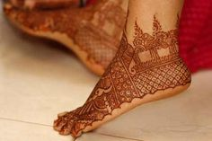 A lovely mehndi design for some great bridal feet.