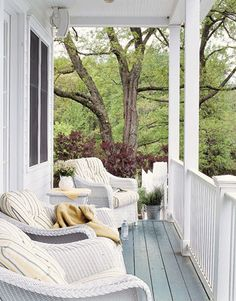 makes you want to put your feet up and relax! #countryliving #dreamporch