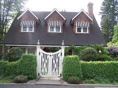 hedg, cottag, landscaping ideas, yard landscaping, front entrances, hous, garden, fence design, gate