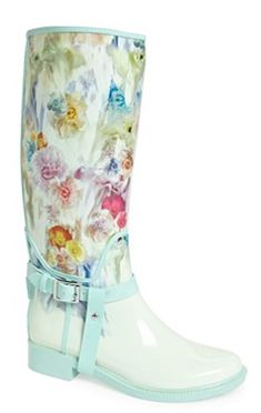 The perfect floral rain boots for April showers! http://rstyle.me/n/erstqnyg6