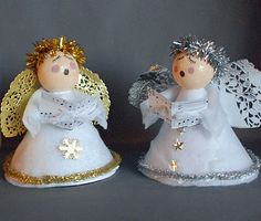 Love these caroling angels! Gail used a pipe cleaner folded into felt for the arms (clever!) and paper doilies for the wings.  For the seniors, we are always looking for pretty little crafts that are fun to make, but not keepsakes that will outlast the season.  These are perfect!  Thanks, Gail!