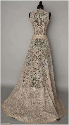 vintage lace wedding dress via www.frenchweddingstyle.com #weddingdress