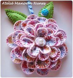 Flor de Feltro com Pétalas Bordadas e Efeito Tridimensional e Folhas de Feltro Bordadas