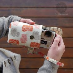 There's a free download for the pattern of this camera case. Notice the cute fabric print!