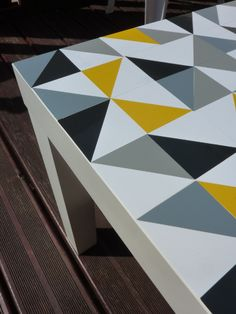 { #DIY } Ma table Lack #Ikea a été customisée ! | www.decocrush.fr #triangles #decals #stickers #homemade