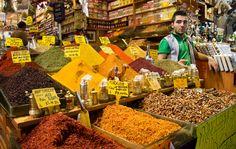 El exótico Gran Bazar Egipcio de Estambul brilla por su mezcla de sabores