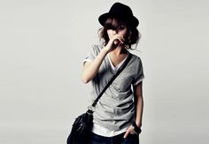 Grey Tee and a hat. Casual chic.