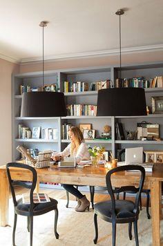 Un comedor despacho  El comedor es el despacho de la decoradora y el lugar de reunión familiar. La librería de DM pintado es un diseño de Bárbara Sindreu. Pintada en gris claro, se ha proyectado a la medida del espacio. El mueble
