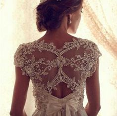 LOVE the back of the wedding dress!! ^_^