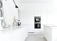 modern and bright kitchen. Musta ovi blog